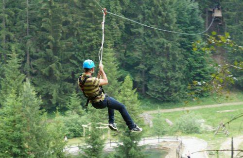 Zábavno-adrenalínová atrakcia zipwire alebo zipline